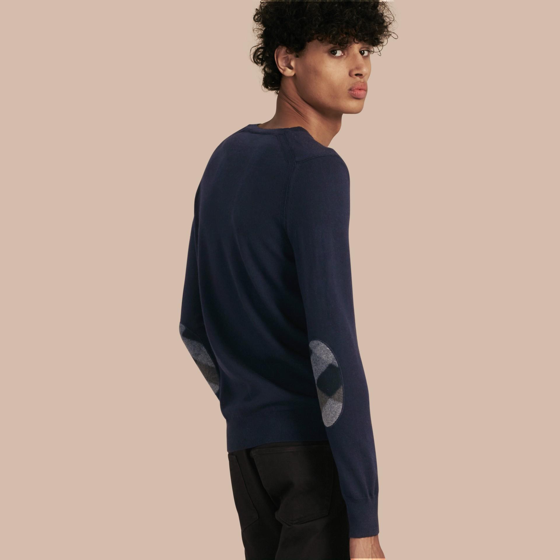 Azul-marinho Suéter de lã com detalhe xadrez nos cotovelos Azul-marinho - galeria de imagens 1