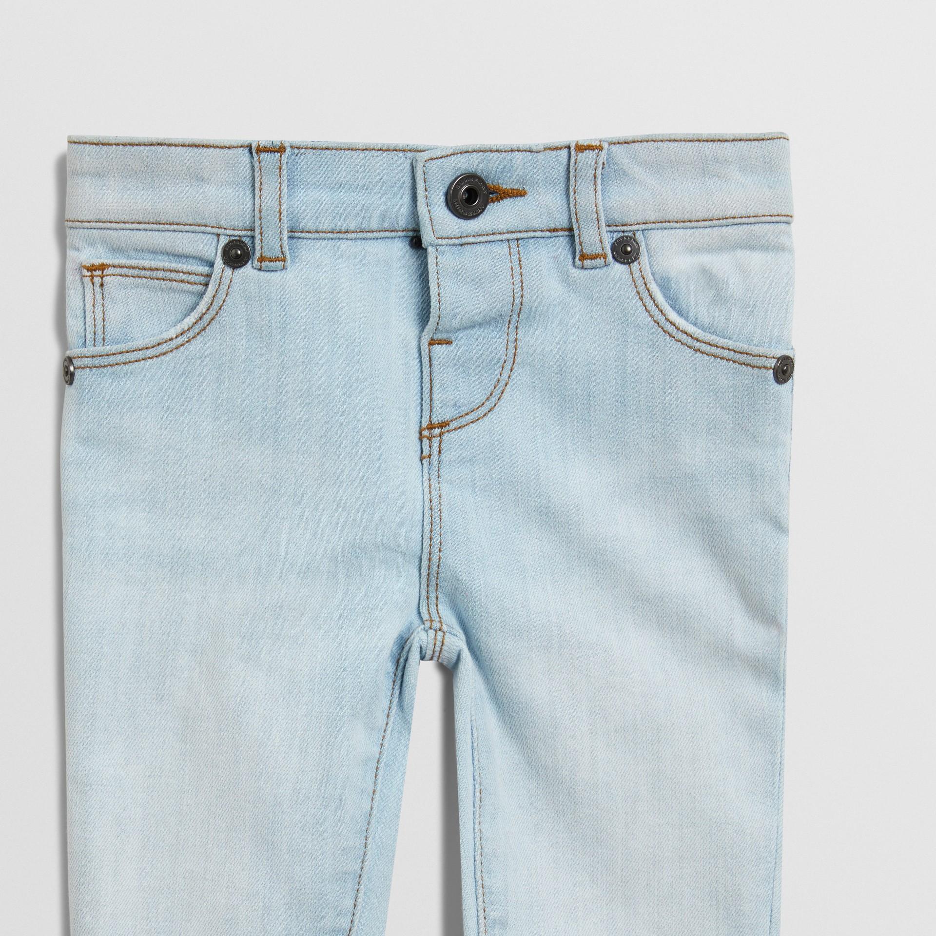 Jean skinny en denim extensible (Bleu Clair) - Enfant | Burberry - photo de la galerie 4