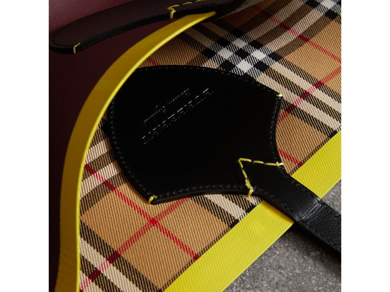 The Giant Reversible Tote in Vintage Check and Leather in Mahogany Red/antique Yellow | Burberry Singapore - cell image 1
