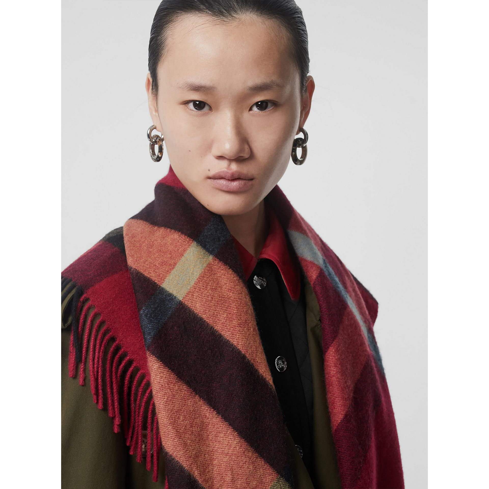 Bandana Burberry en cachemire à motif check (Rose Prune) | Burberry Canada - photo de la galerie 5