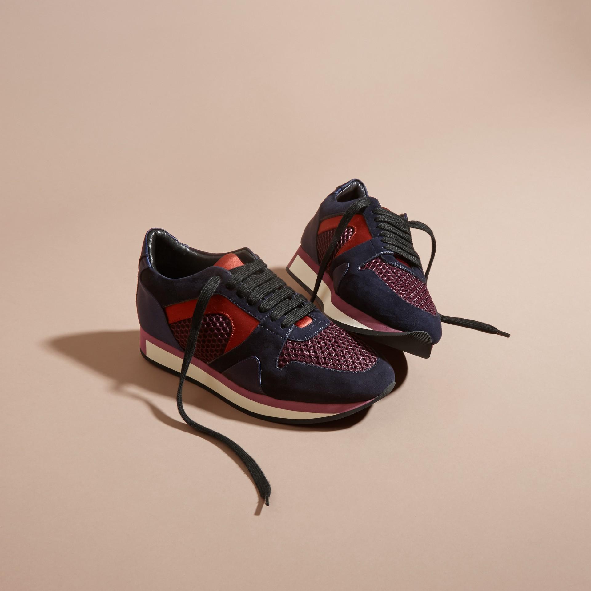 Rouge feuille morte Les Field Sneakers en cuir velours et matière filet - photo de la galerie 3