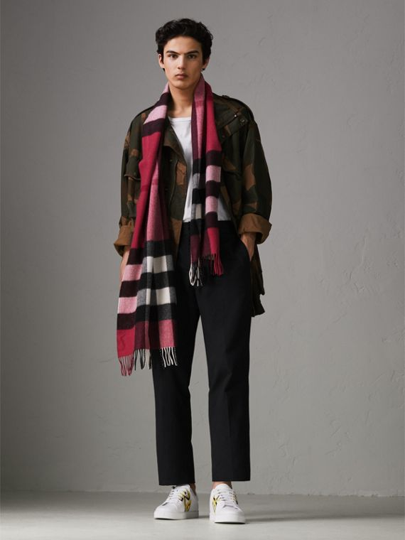 The Large Classic Cashmere Scarf in Check in Fuchsia Pink | Burberry - cell image 3