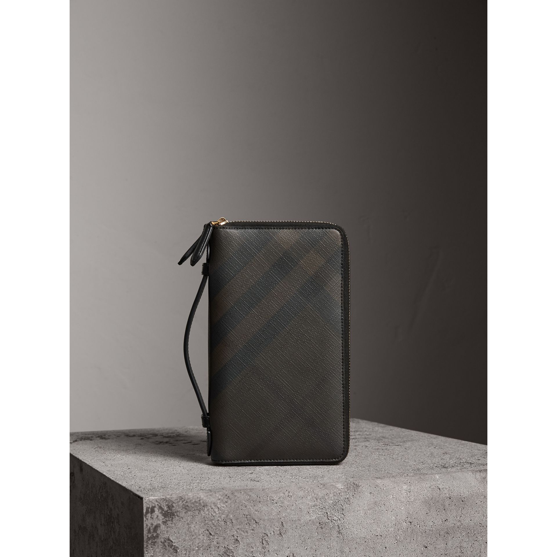 London Check Travel Wallet in Chocolate/black - Men | Burberry - gallery image 4