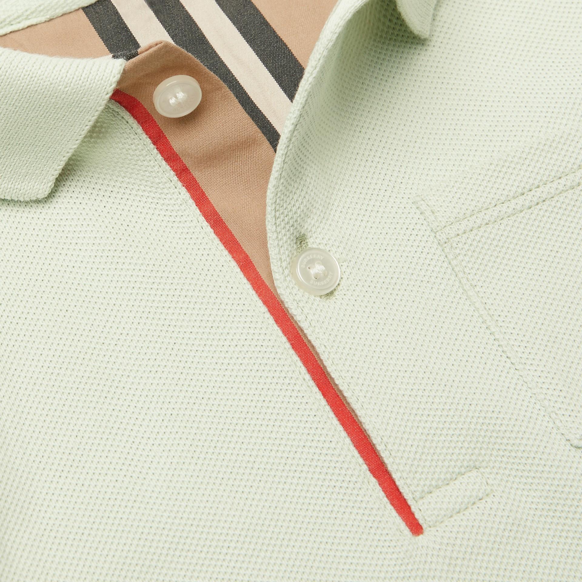 Polo in cotone piqué con iconico motivo a righe sulla paramontura (Menta Pallido) - Bambino | Burberry - immagine della galleria 1