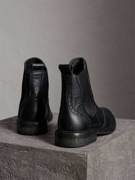 Botas Chelsea en piel curtida con detalles tipo brogue (Negro) - Hombre | Burberry - cell image 3