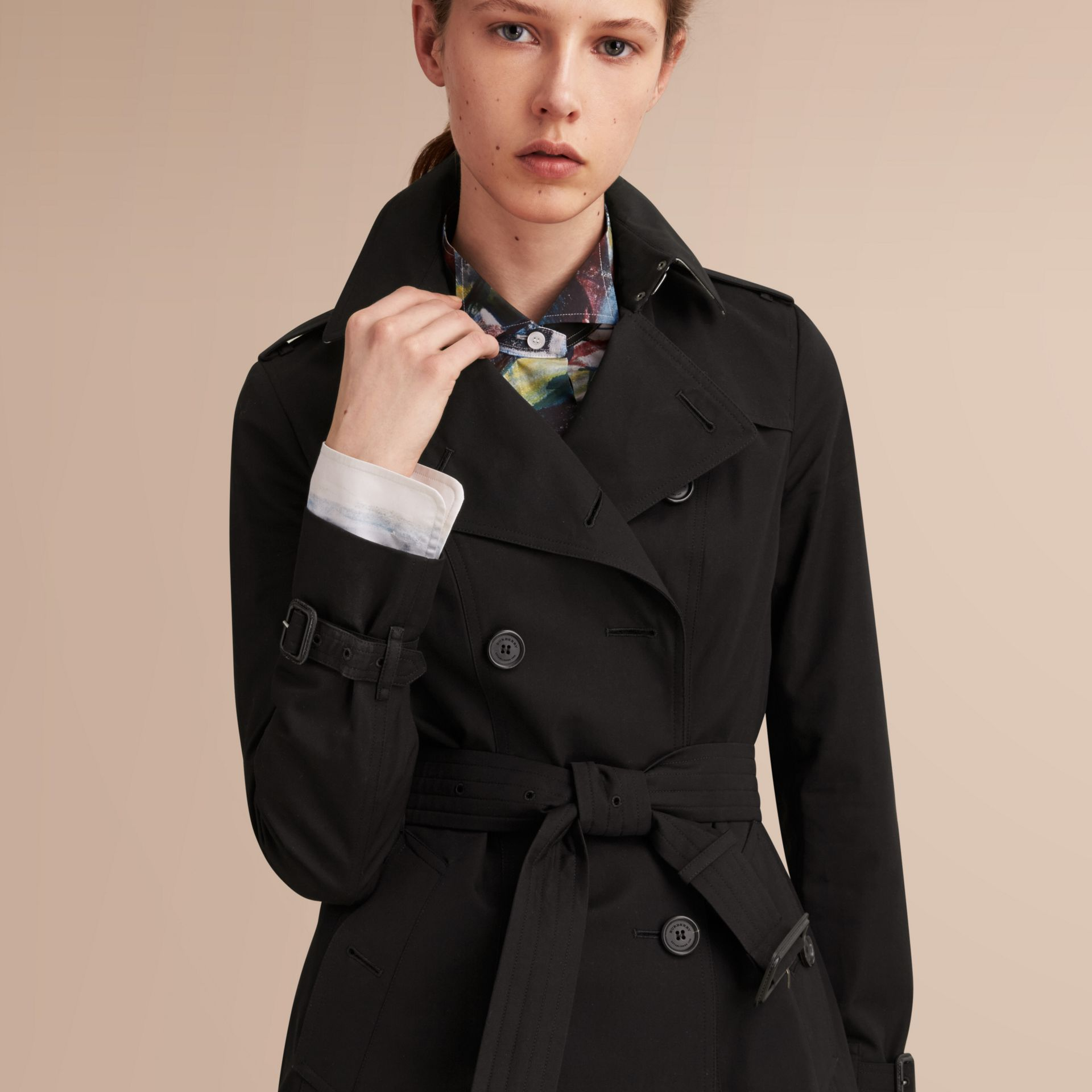 The Sandringham – Short Heritage Trench Coat in Black - Women | Burberry - gallery image 5