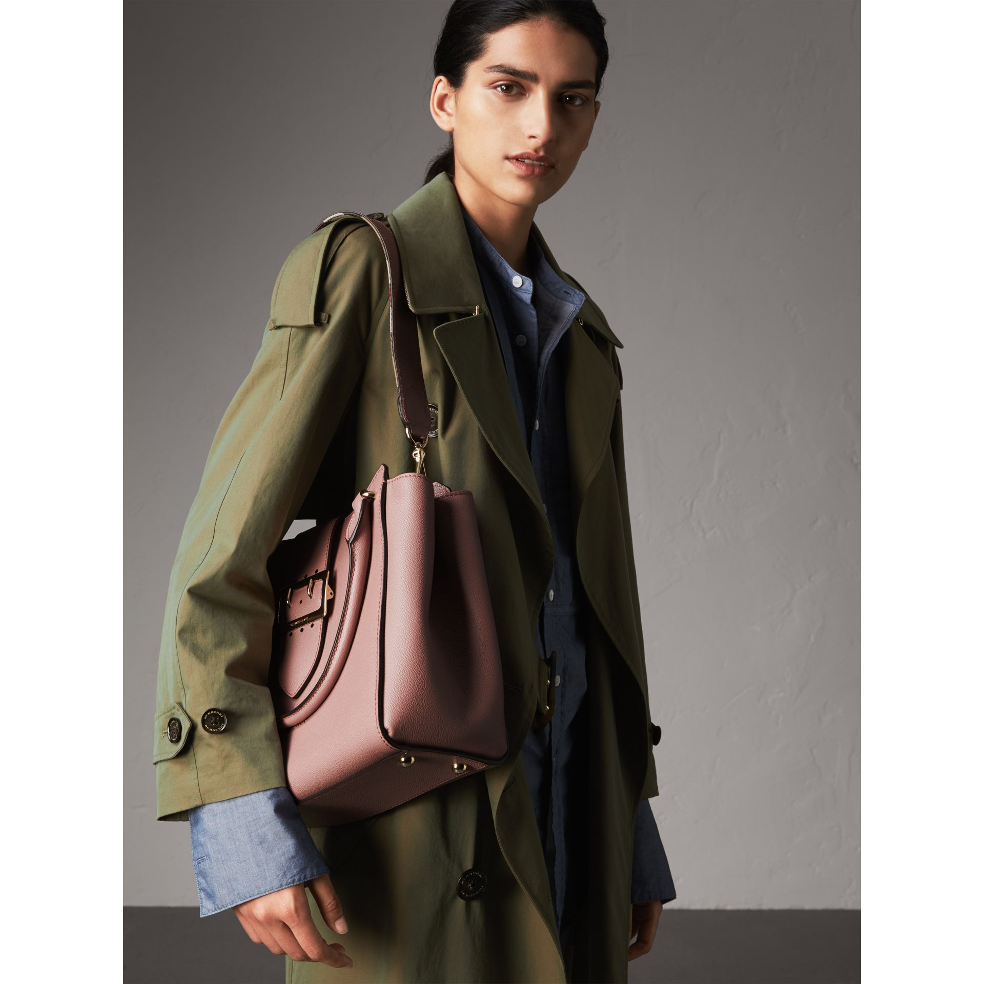 The Medium Buckle Tote aus genarbtem Leder (Blassrosa) - Damen | Burberry - Galerie-Bild 4