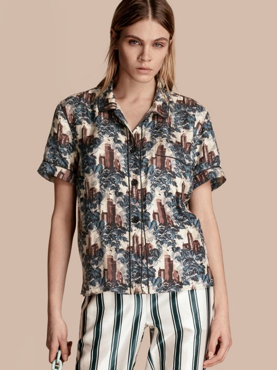 Camisa estilo pijama de seda com mangas curtas e estampa de castelo