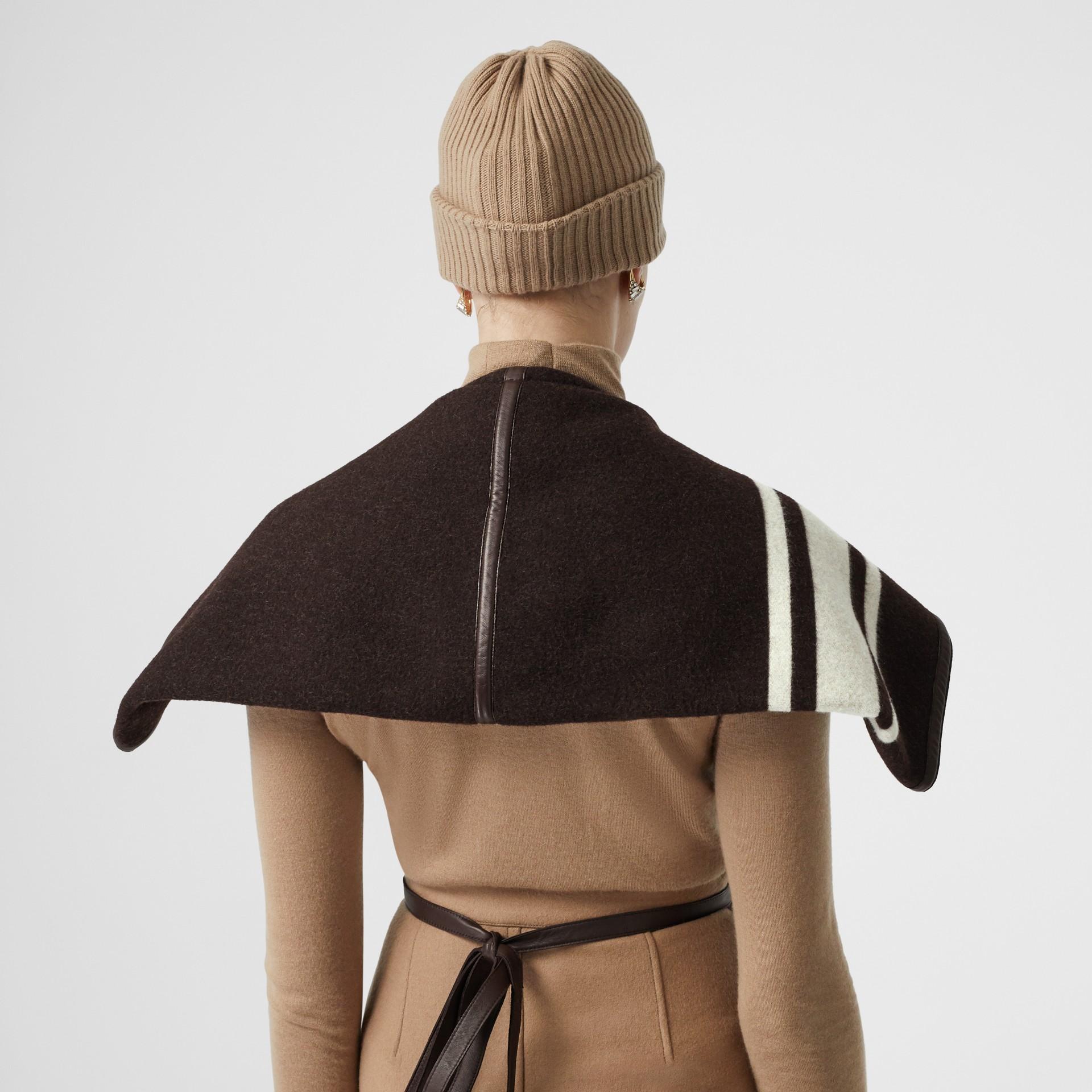 羔羊皮飾帶條紋細節設計羊毛提花披肩 (棕色) - 女款 | Burberry - 圖庫照片 4