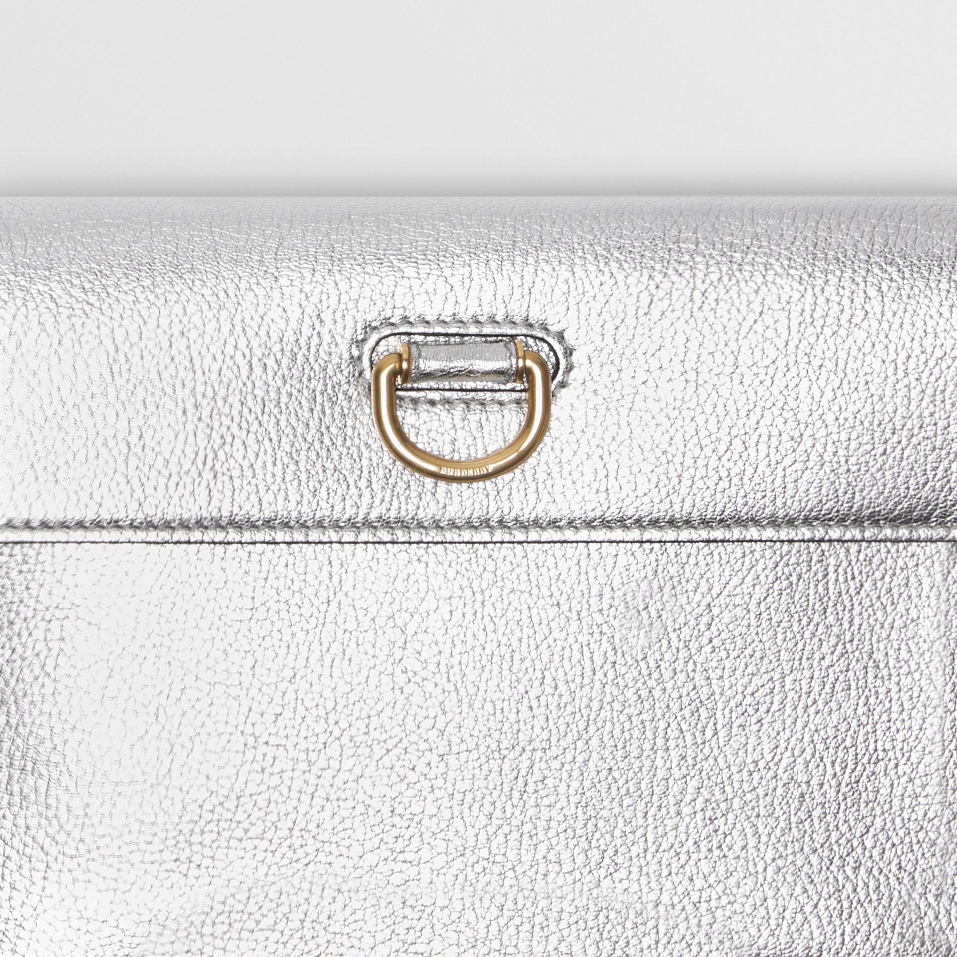 Trousse con portamonete in pelle metallizzata con cerniera e anello a D (Argento) - Donna | Burberry - immagine della galleria 1