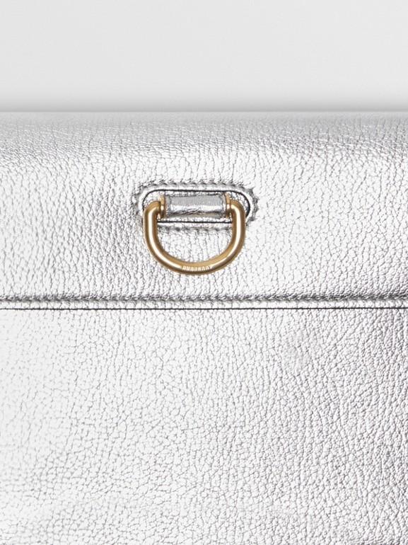 Trousse con portamonete in pelle metallizzata con cerniera e anello a D (Argento) - Donna | Burberry - cell image 1