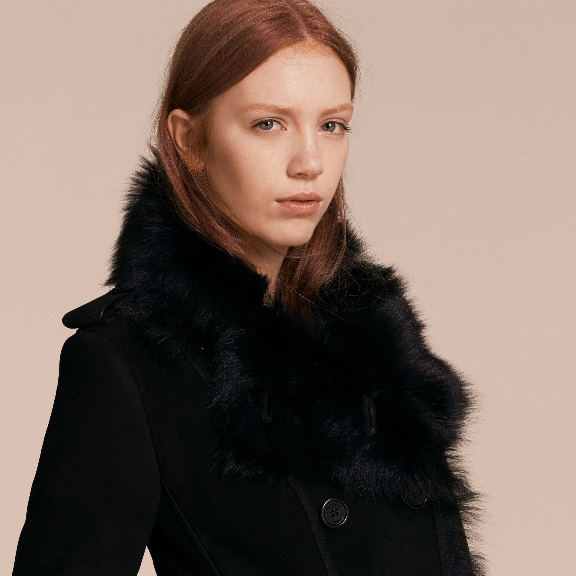 Trench coat in shearling (Nero) - Donna | Burberry - immagine della galleria 4