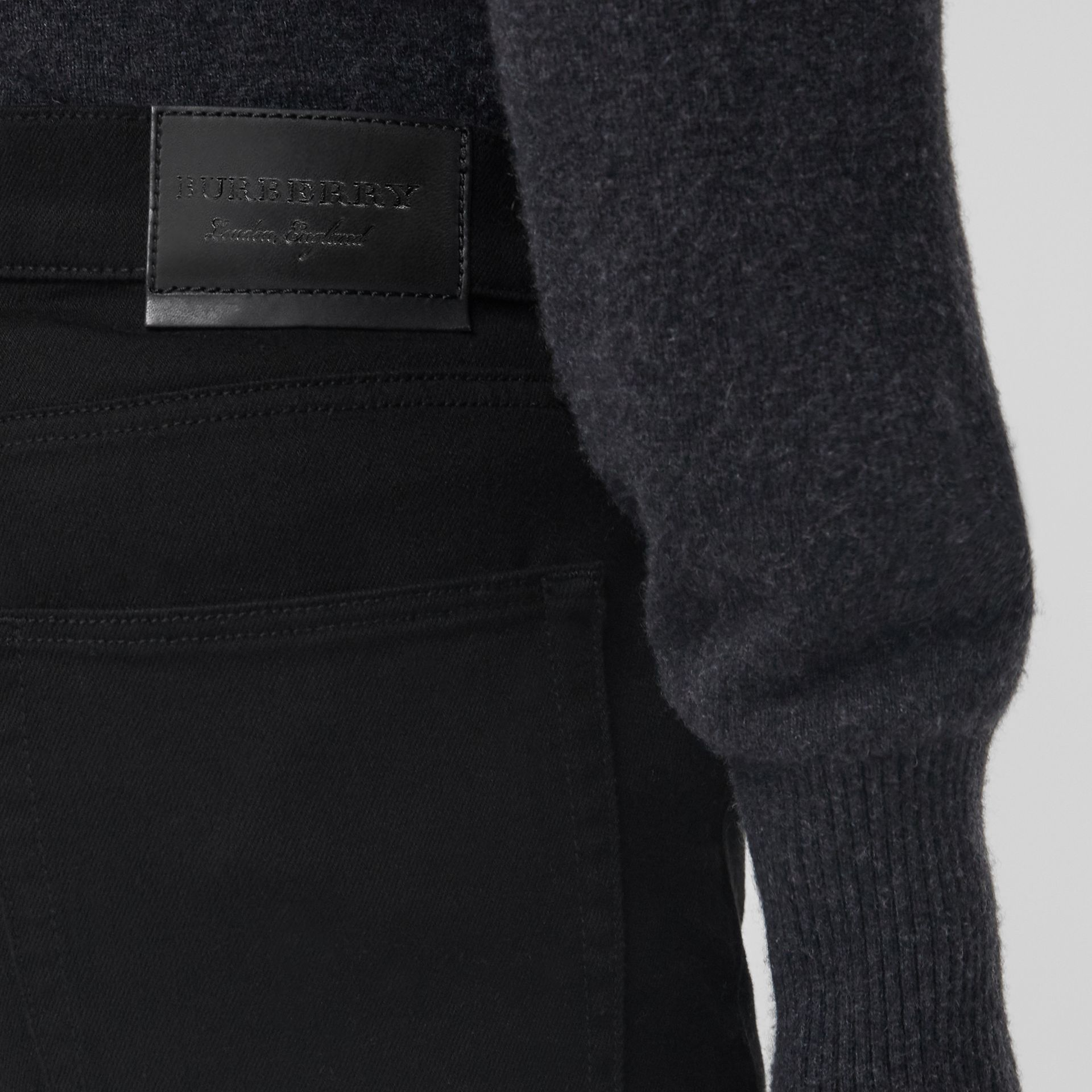 Jean denim extensible de coupe étroite (Noir) - Homme | Burberry Canada - photo de la galerie 1
