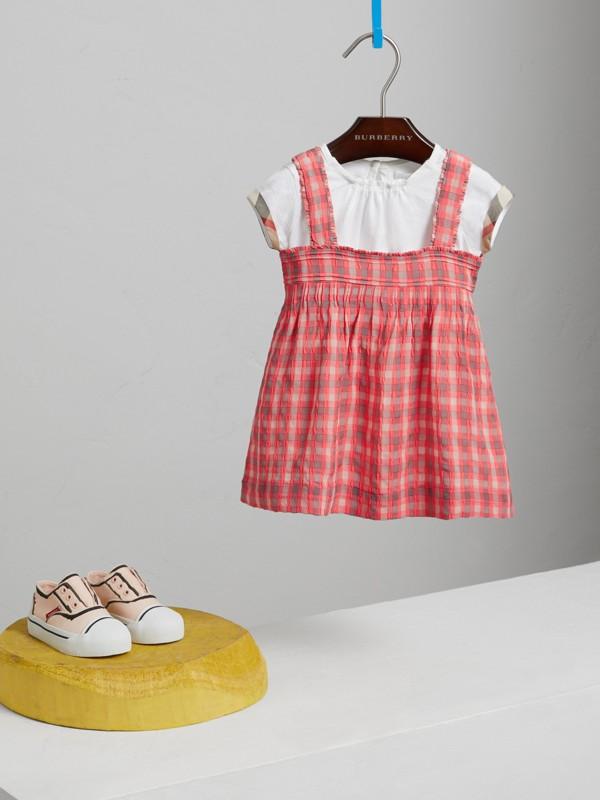 Vestitino in seersucker con motivo tartan (Rosa Corallo Brillante) | Burberry - cell image 2