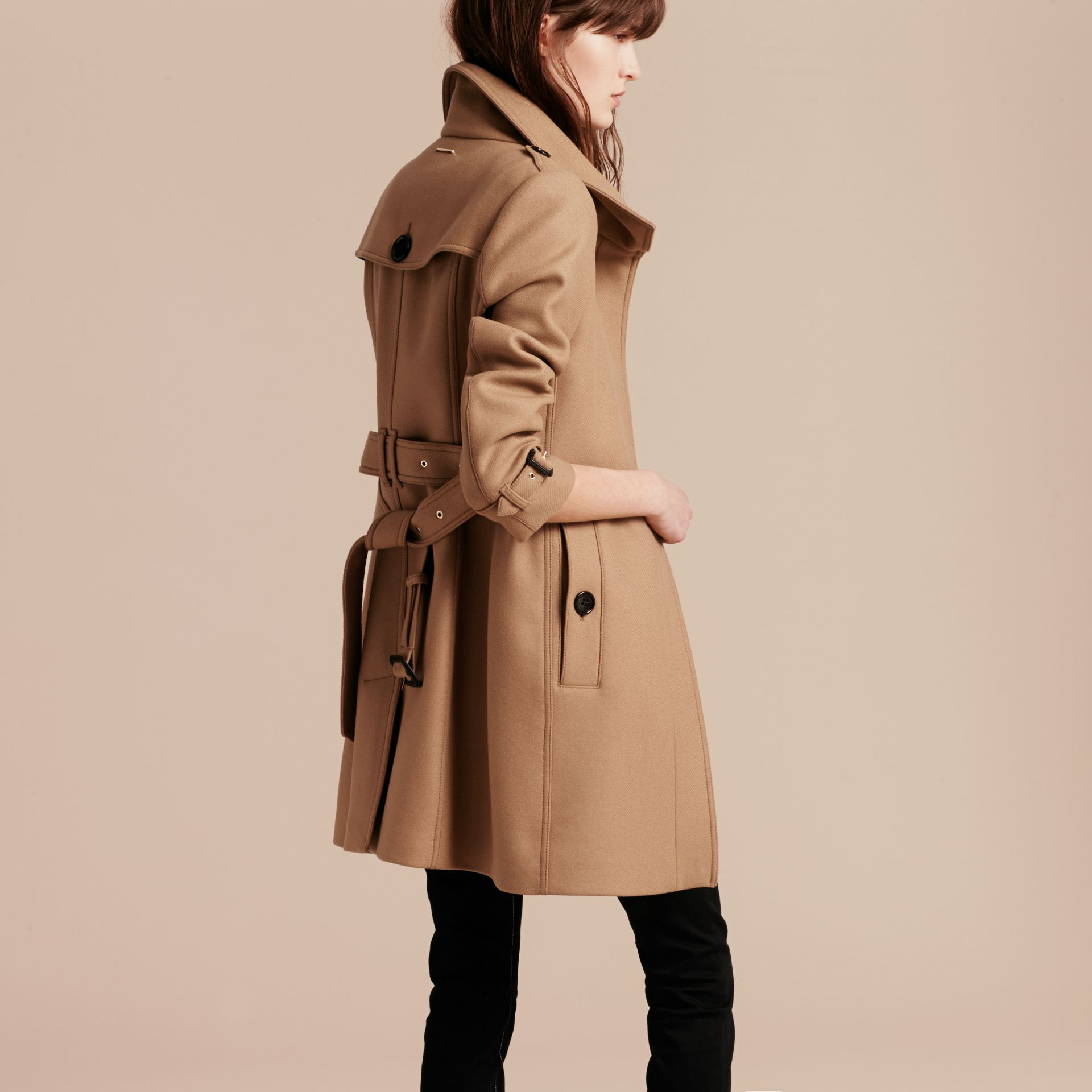 Manteau en laine technique et cachemire avec col entonnoir Camel - photo de la galerie 3