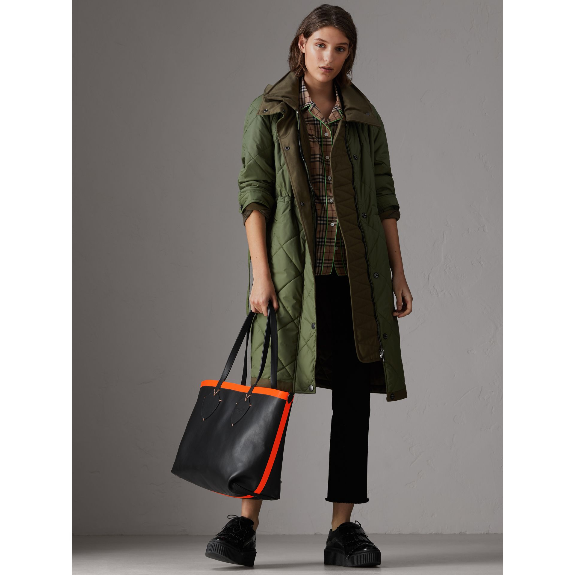 The Medium Giant Tote im wendbaren Design aus Canvas und Leder (Schwarz/neonorange) | Burberry - Galerie-Bild 2