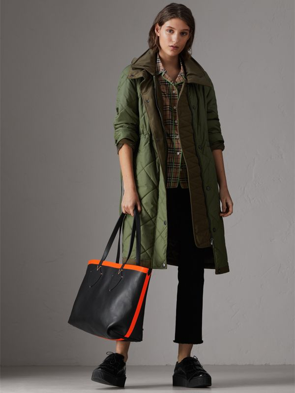 The Medium Giant Reversible Tote in Canvas and Leather in Black/neon Orange | Burberry United Kingdom - cell image 2
