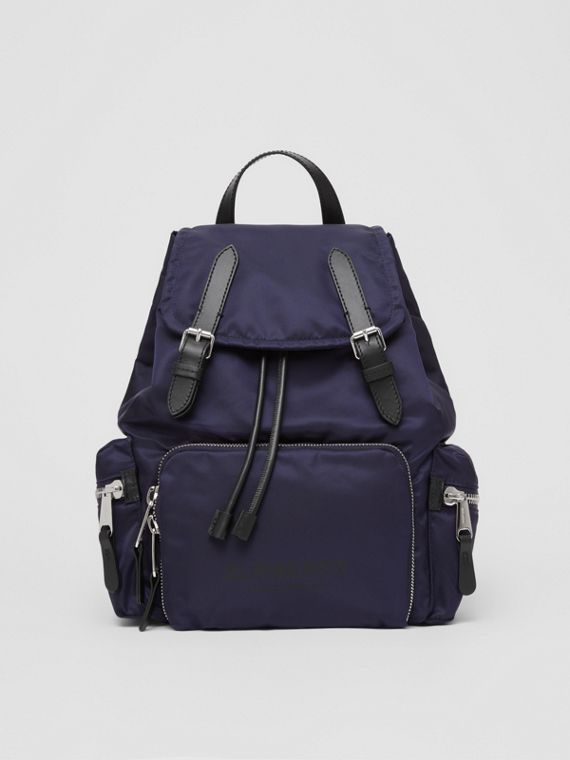 Zaino The Rucksack medio in ECONYL® con logo stampato (Navy)