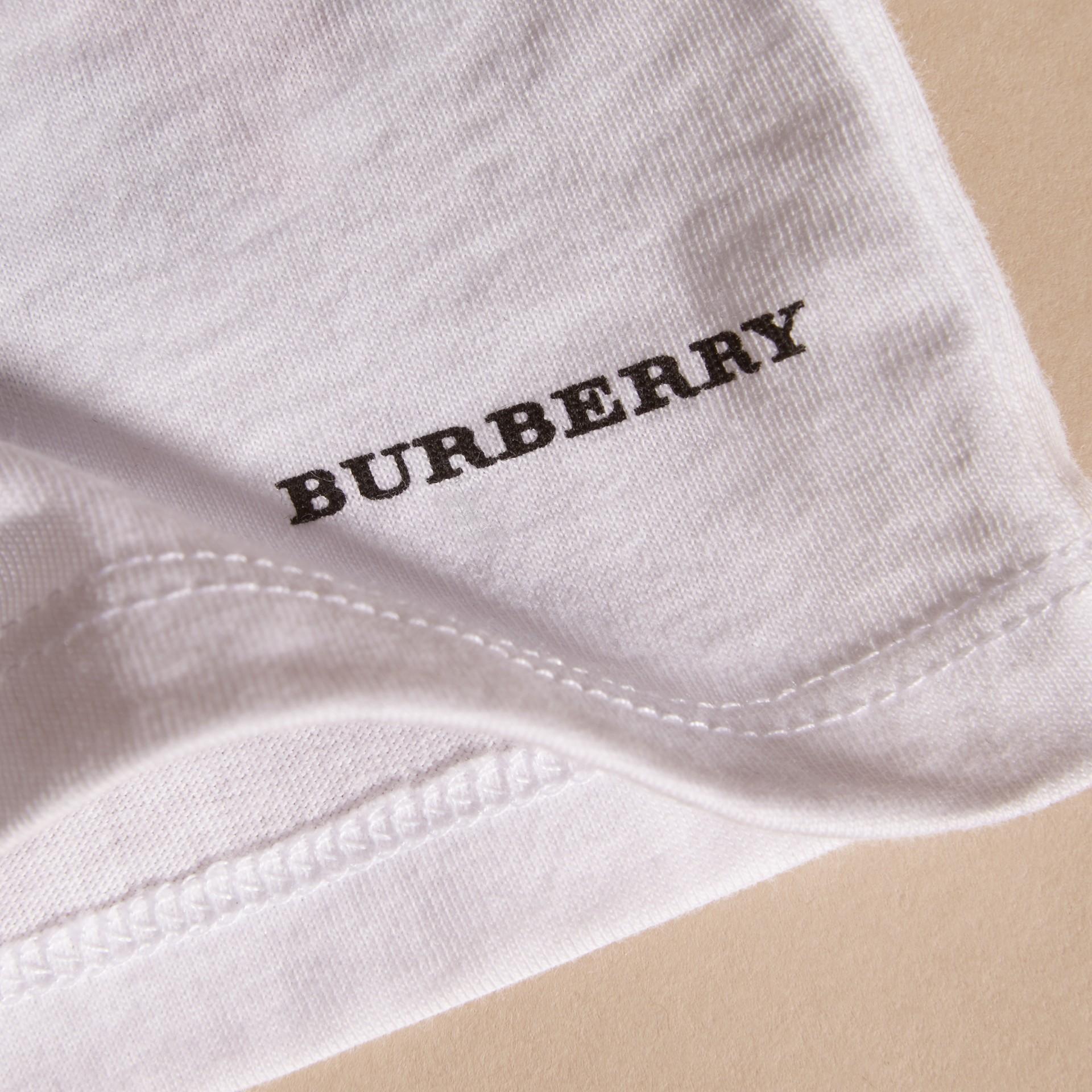 Blanc T-shirt en coton avec motif scarabée - photo de la galerie 2