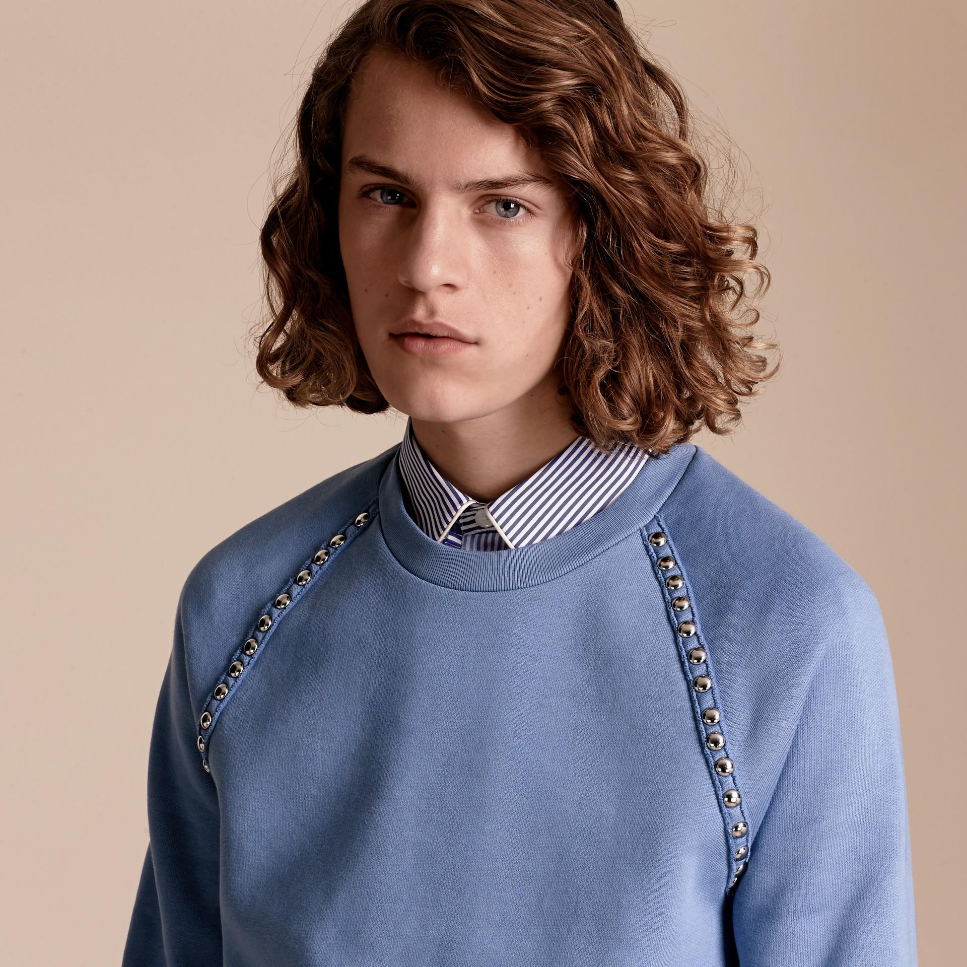 Azul claro Suéter de algodão com detalhe de tachas - galeria de imagens 5