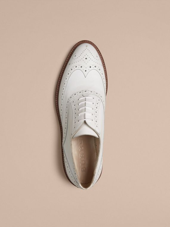 Optic-weiss Wingtip-Brogues aus Leder - cell image 2