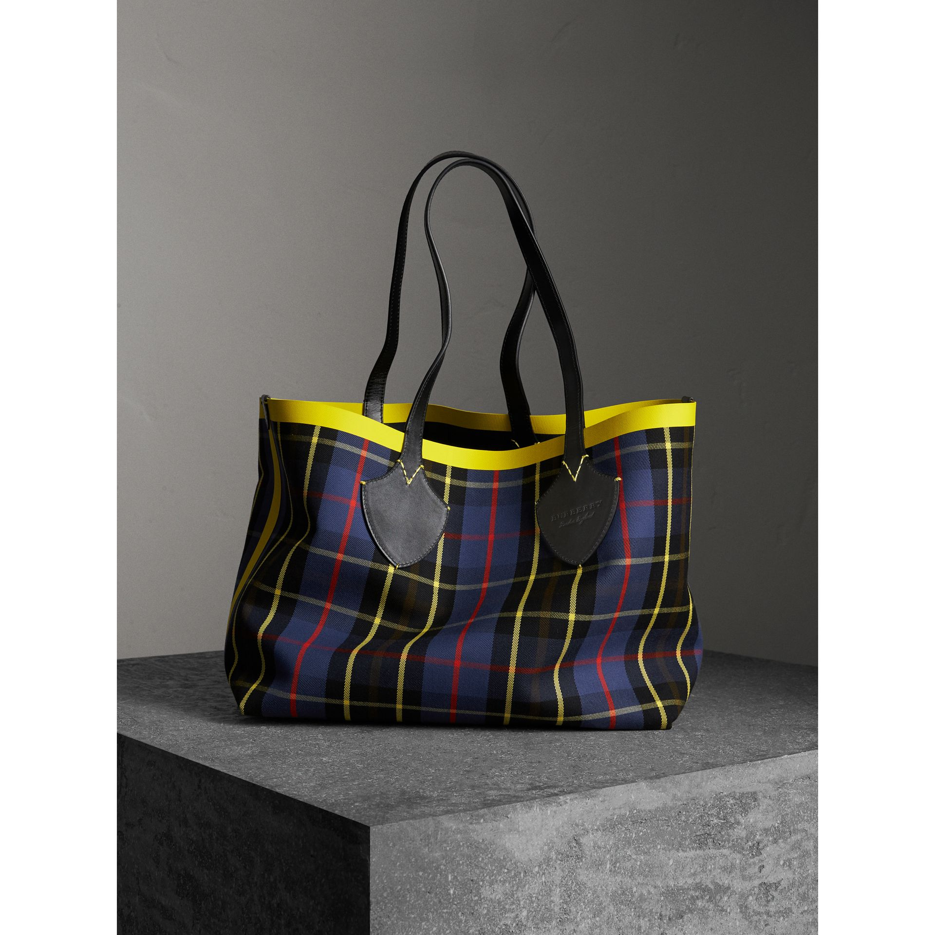 The Giant Reversible Tote in Tartan Cotton in Racing Green/cobalt Blue | Burberry - gallery image 4
