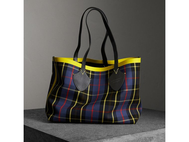 The Giant Reversible Tote in Tartan Cotton in Racing Green/cobalt Blue | Burberry Australia - cell image 4