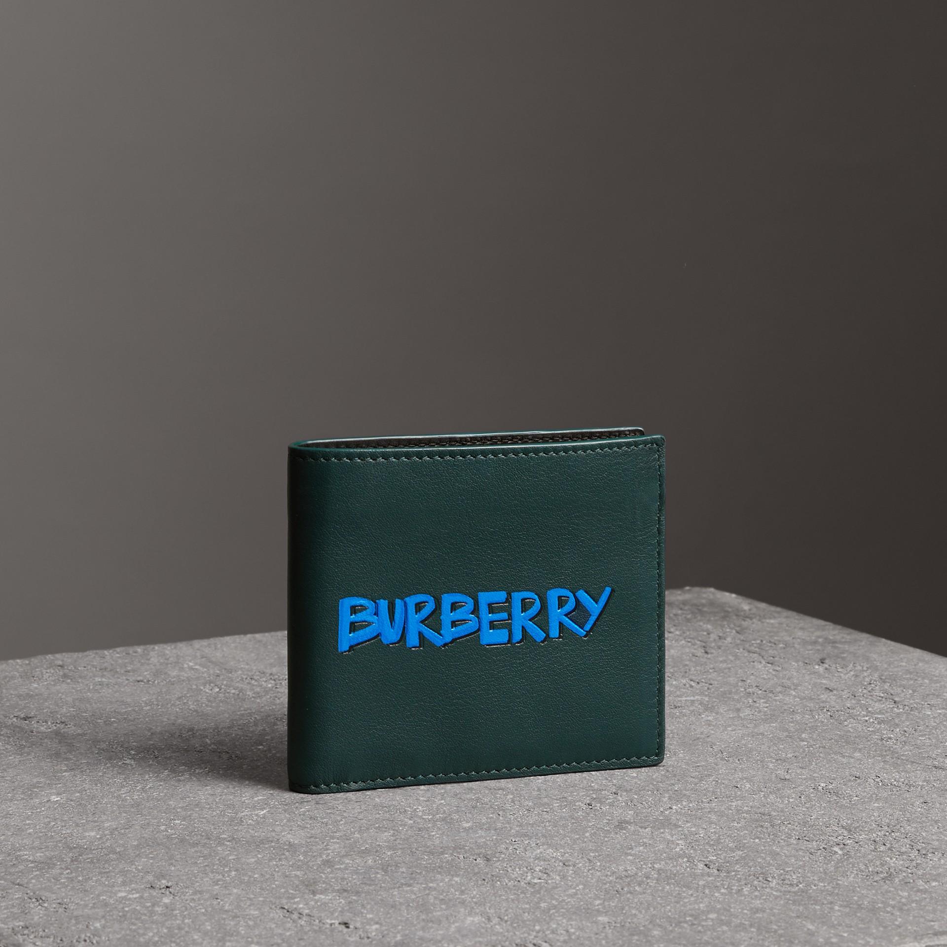塗鴉印花皮革國際紙鈔雙摺皮夾 (深瓶綠色) - 男款 | Burberry - 圖庫照片 0