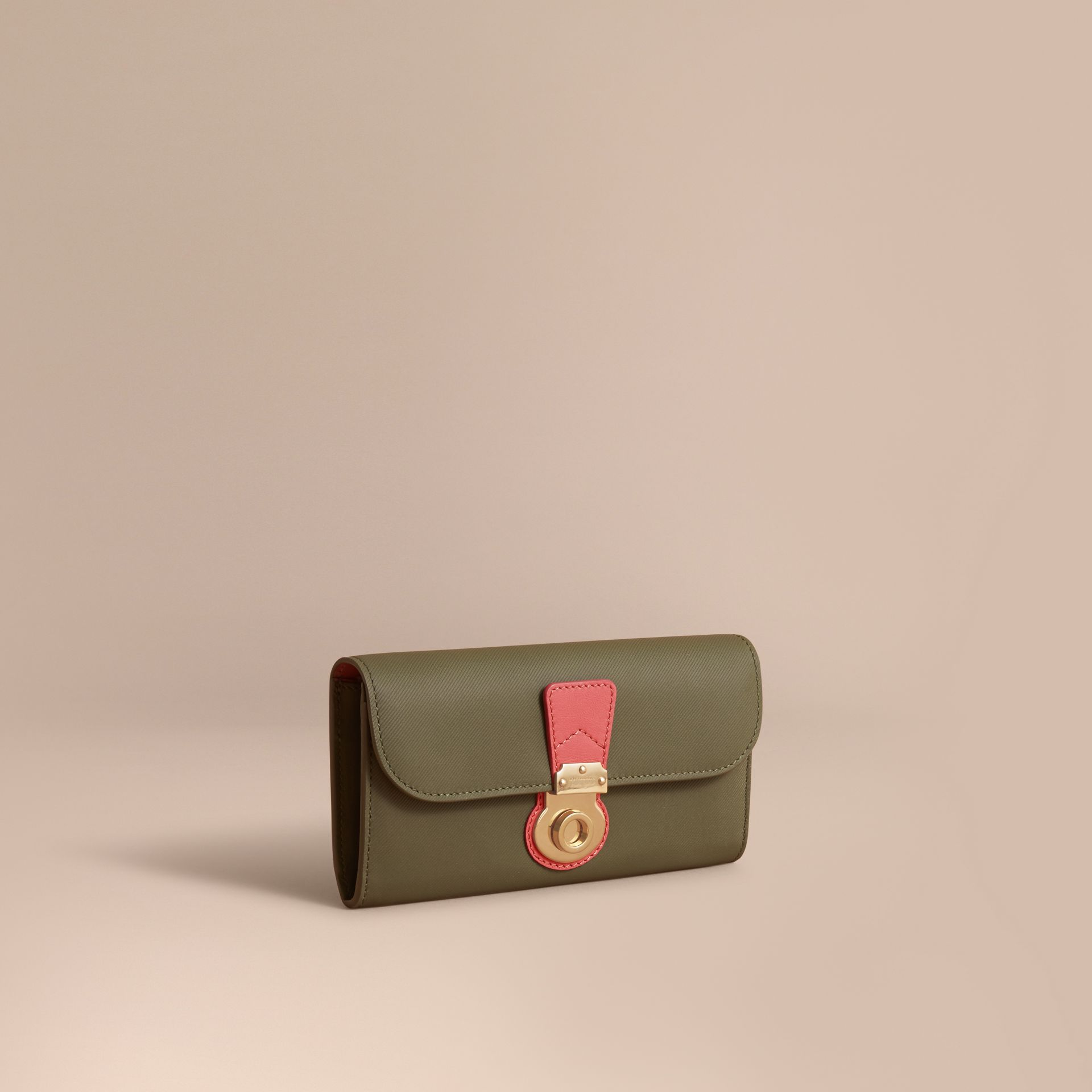 Portefeuille continental en cuir trench bicolore (Vert Mousse/rose Blossom) - Femme | Burberry - photo de la galerie 1
