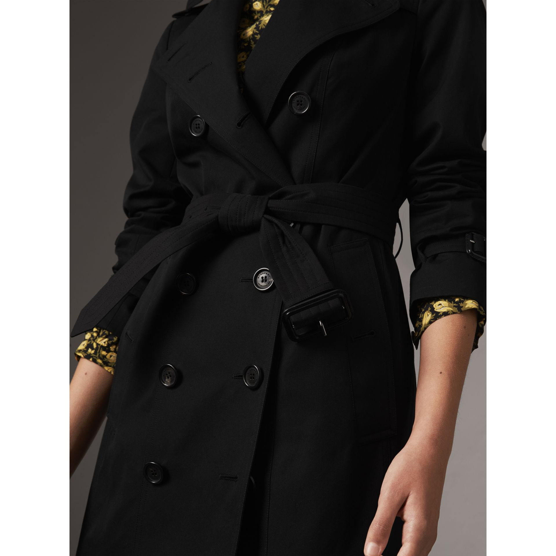 The Sandringham – Mid-Length Heritage Trench Coat in Black - Women | Burberry Hong Kong - gallery image 5
