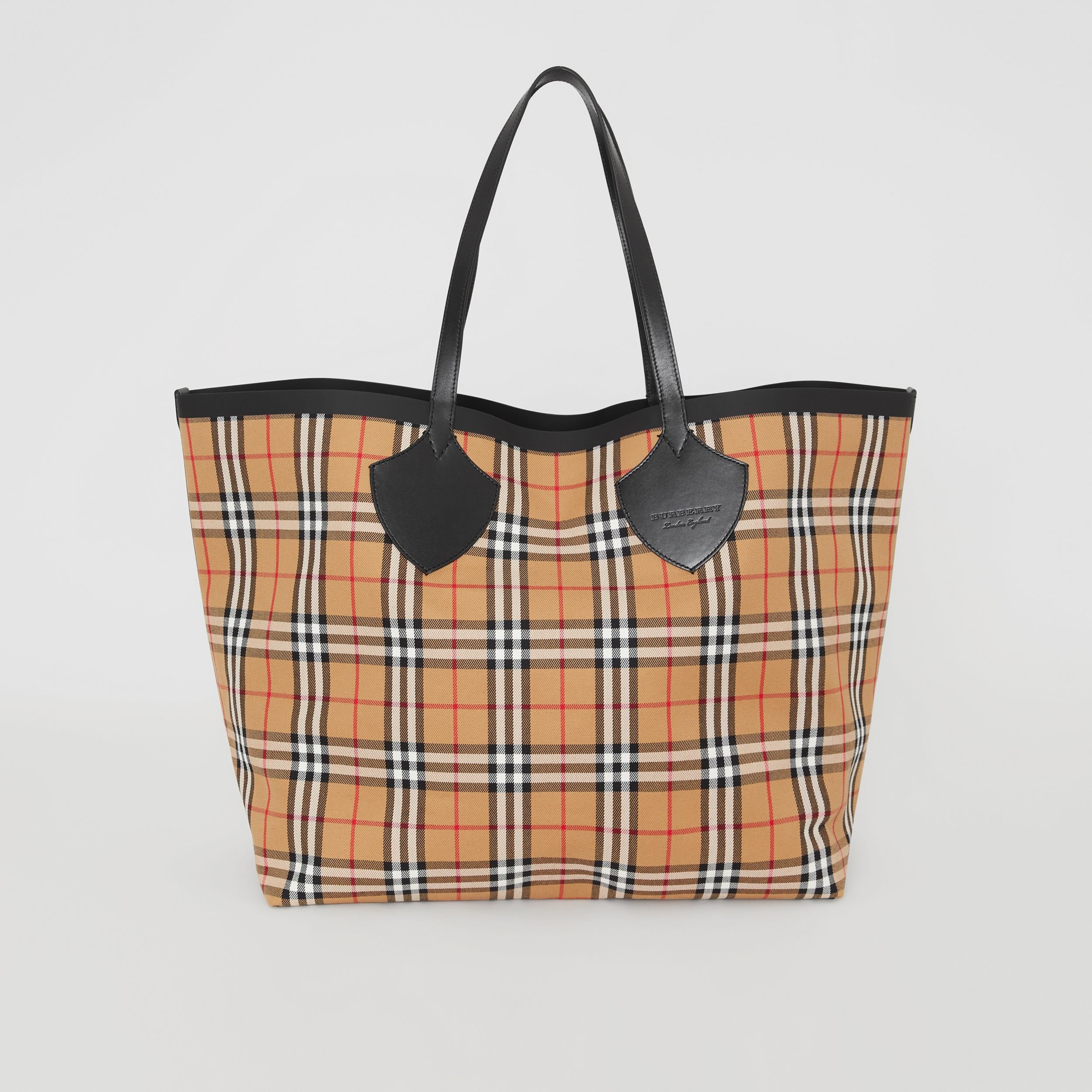 The Giant Reversible Tote in Vintage Check in Antique Yellow | Burberry United Kingdom - 1