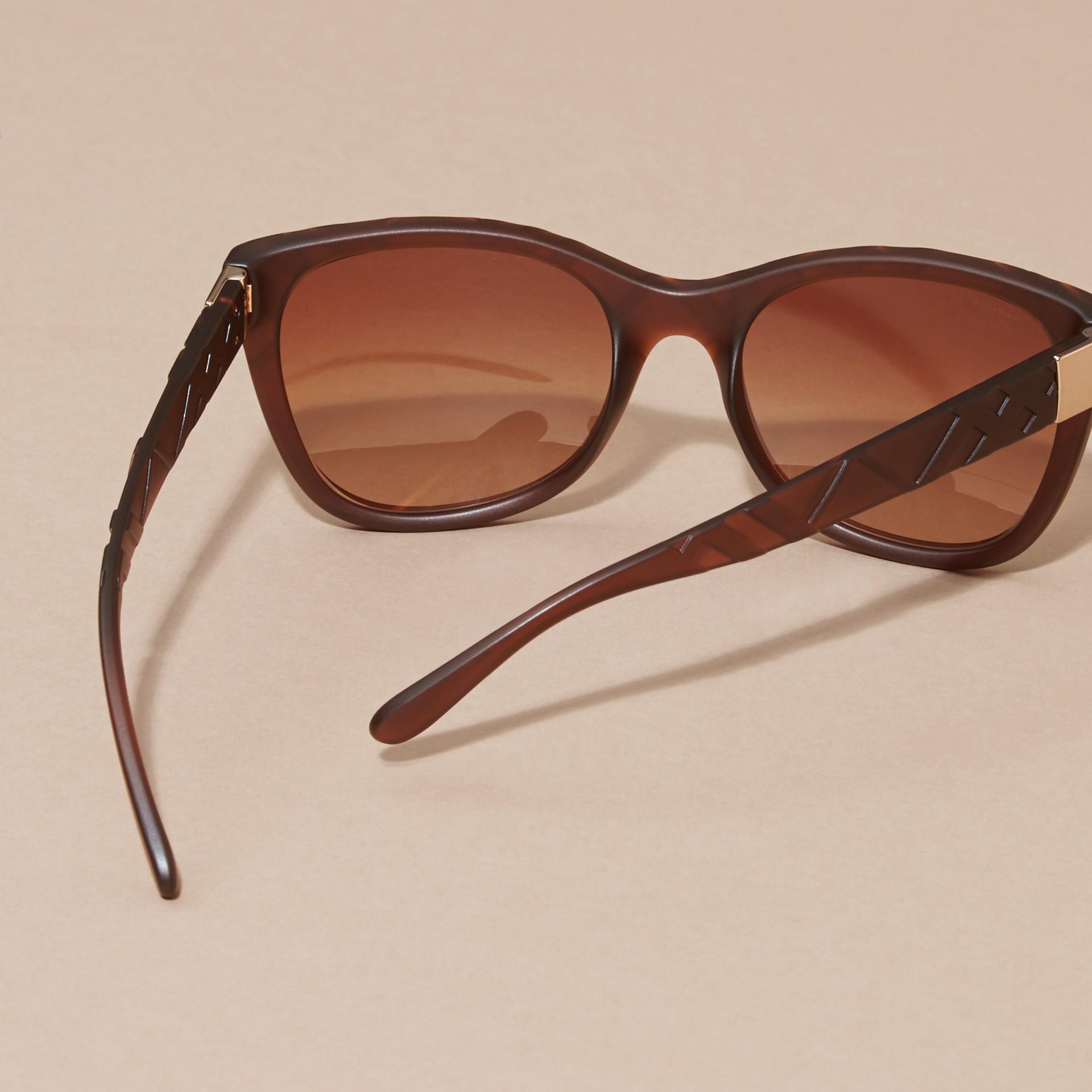 Braun Sonnenbrille mit eckigem Gestell und Check-Detail in 3D Braun - Galerie-Bild 3