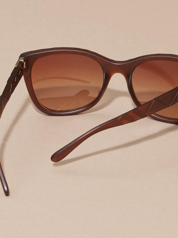 Braun Sonnenbrille mit eckigem Gestell und Check-Detail in 3D Braun - cell image 2
