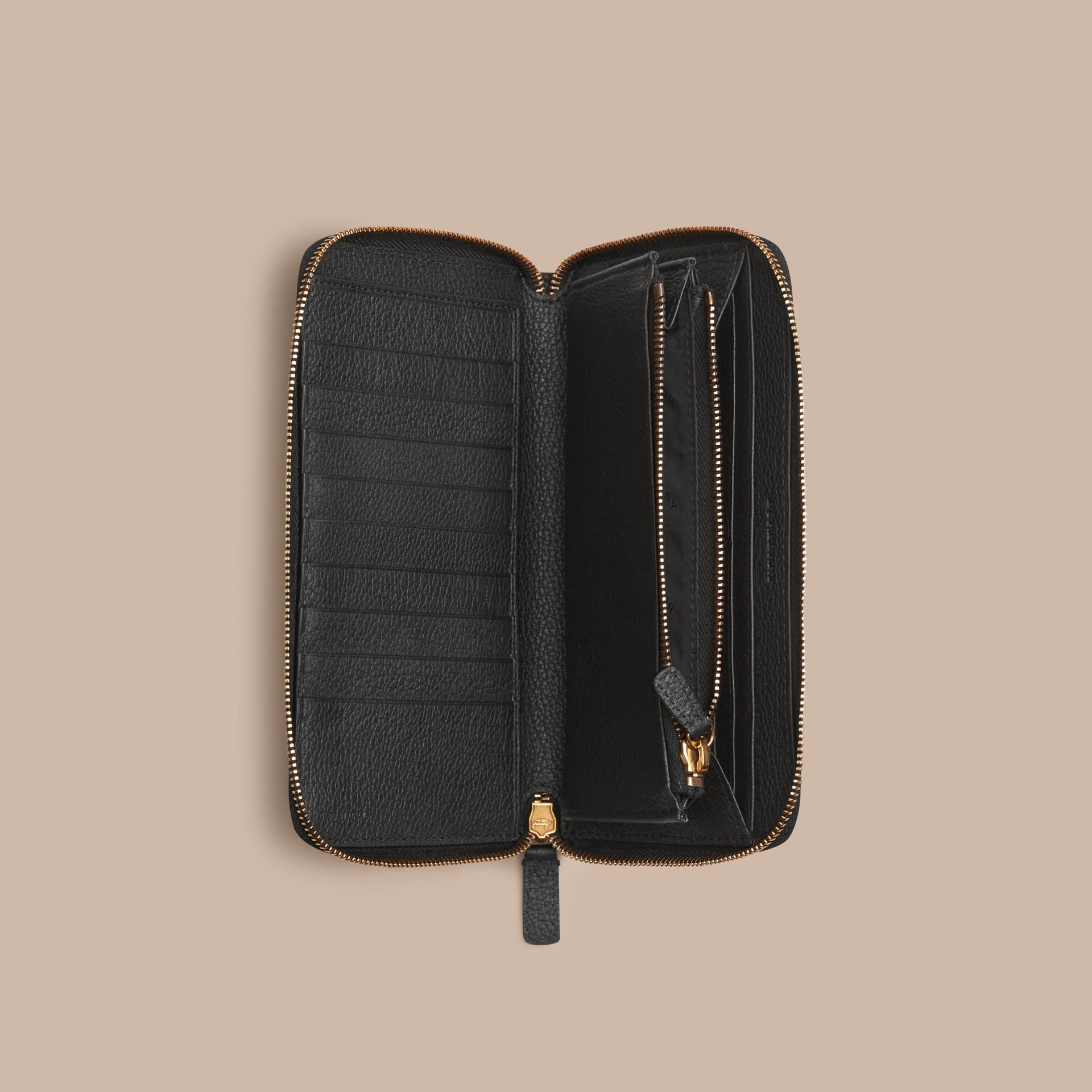 Noir Portefeuille à contour zippé en cuir à motif check estampé Noir - photo de la galerie 4