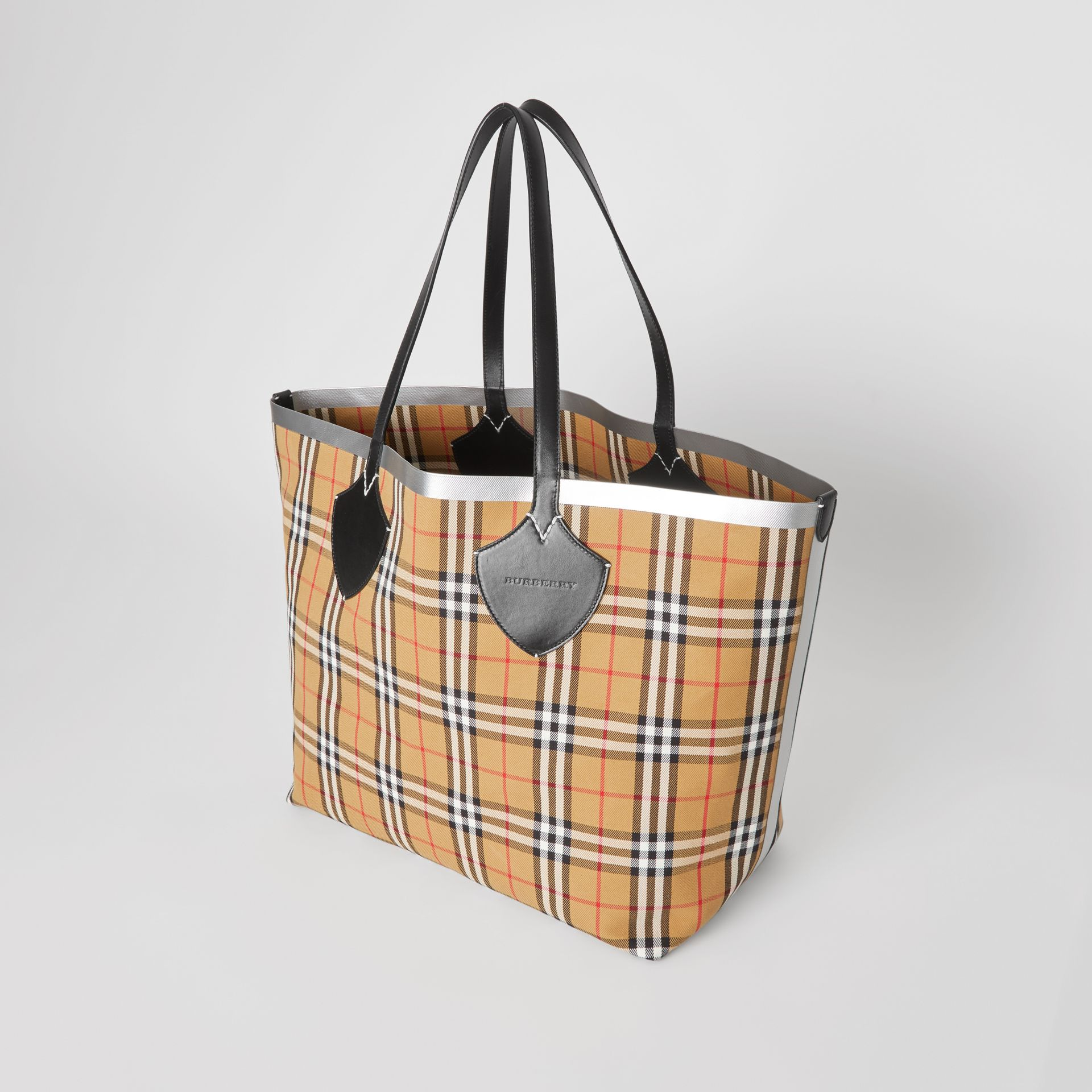 The Giant Reversible Tote in Vintage Check in Black/silver | Burberry - gallery image 4