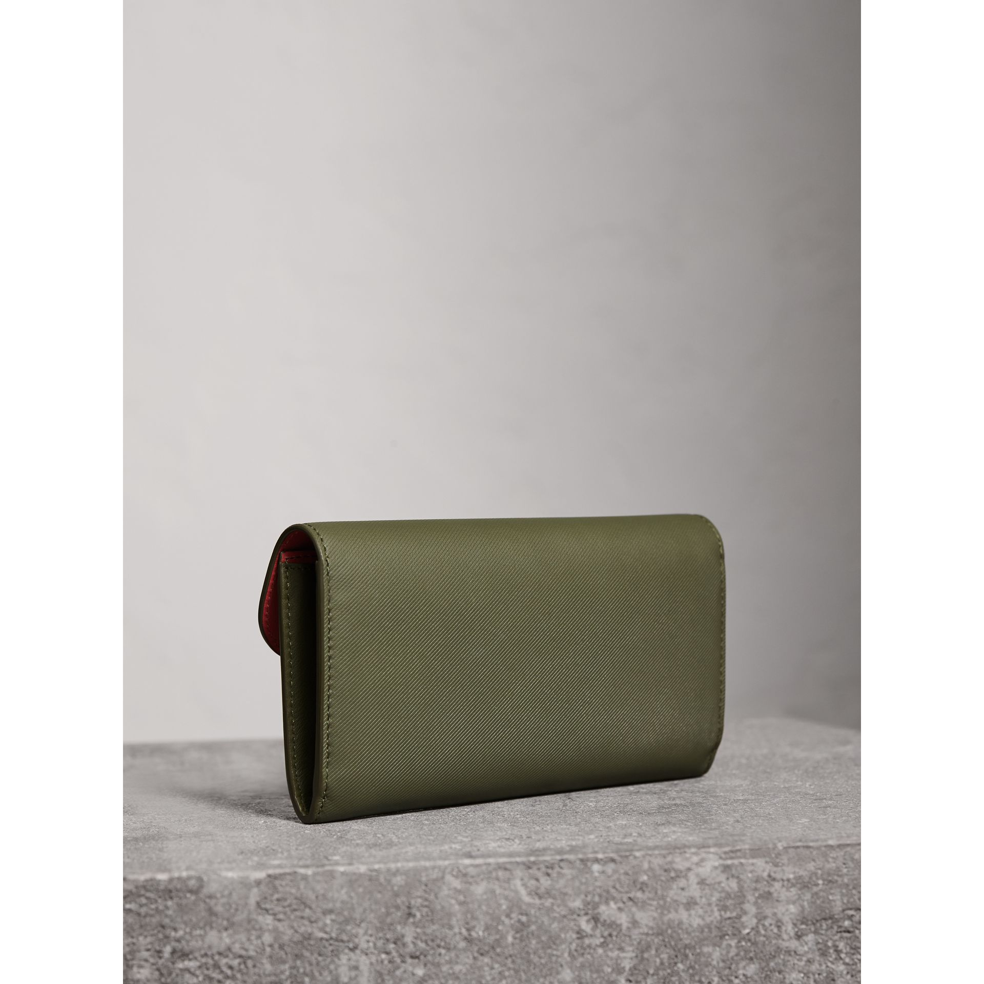 Two-tone Trench Leather Continental Wallet in Moss Green/ Blossom Pink - Women | Burberry - gallery image 4