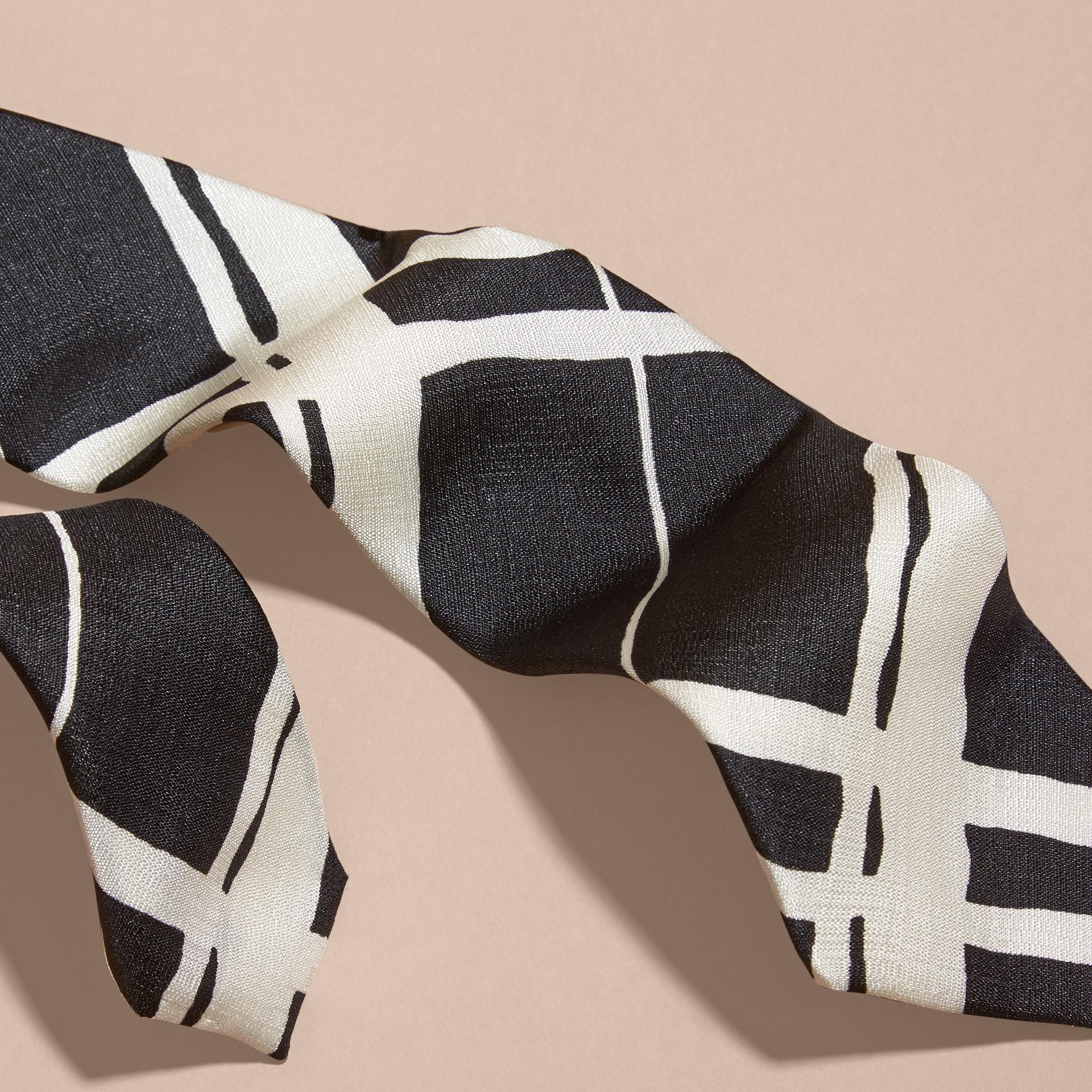 黑色 窄版剪裁彩繪風格紋印花絲質領帶 - 圖庫照片 2