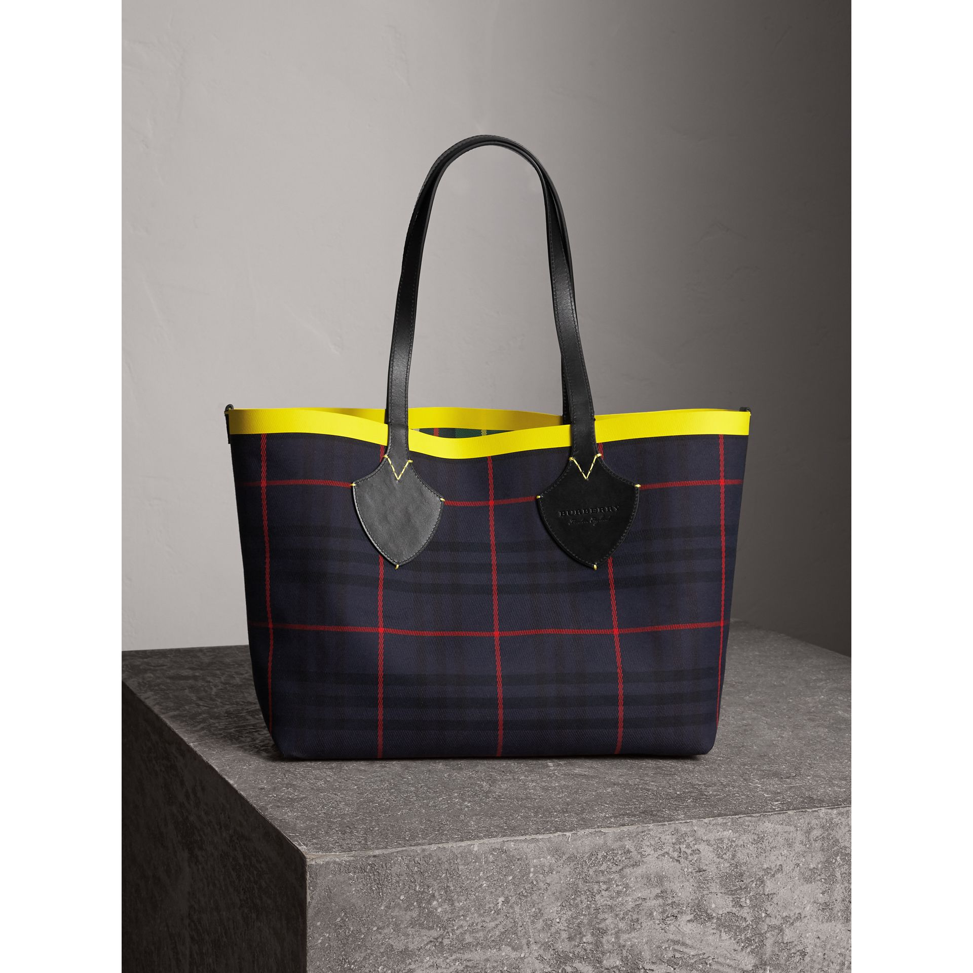 Borsa tote The Giant media double face in cotone con motivo tartan (Verde Foresta/navy Oltremare) | Burberry - immagine della galleria 6