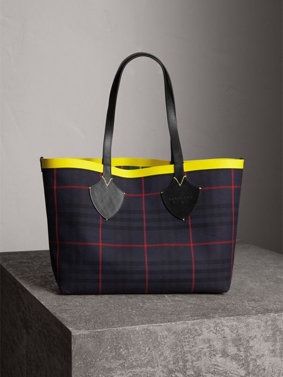 The Medium Giant Reversible Tote in Tartan Cotton in For Green/deep Navy | Burberry - cell image 3