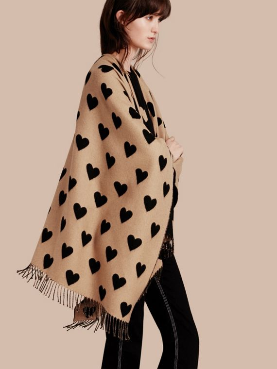 Poncho en jacquard de laine mérinos avec imprimé à cœurs Chameau/noir
