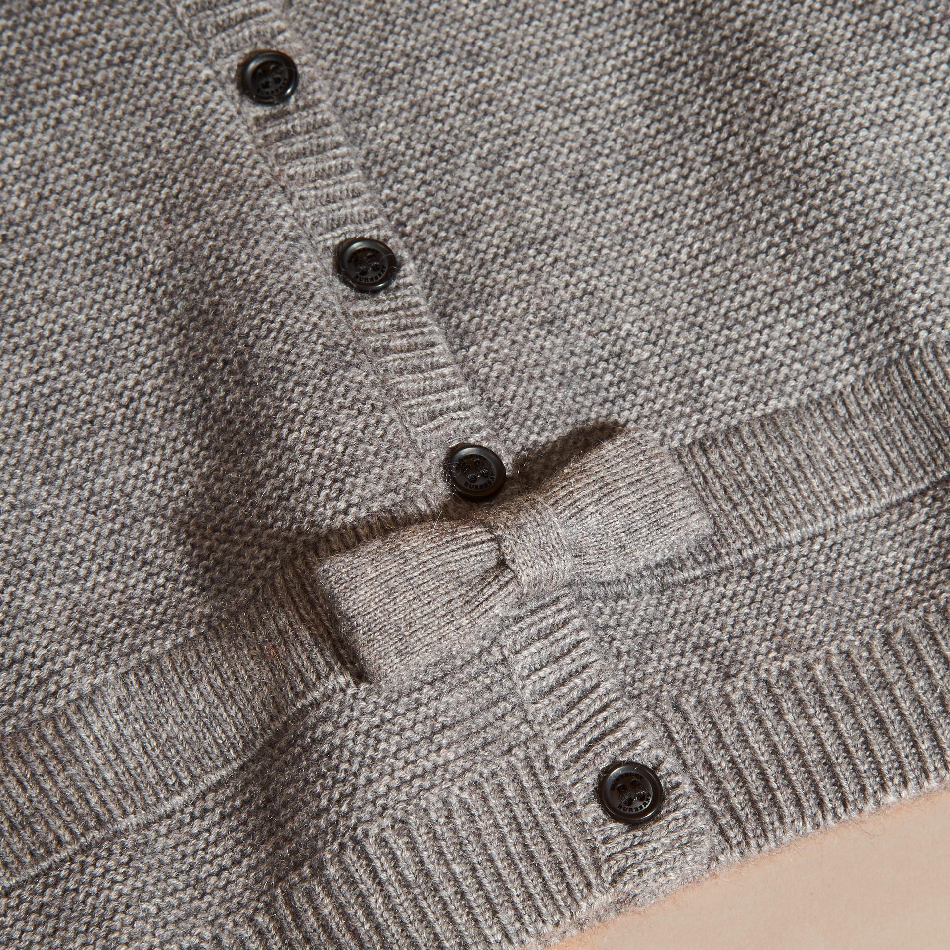 Camaïeu de gris moyens Cardigan en coton et cachemire multi-points - photo de la galerie 2