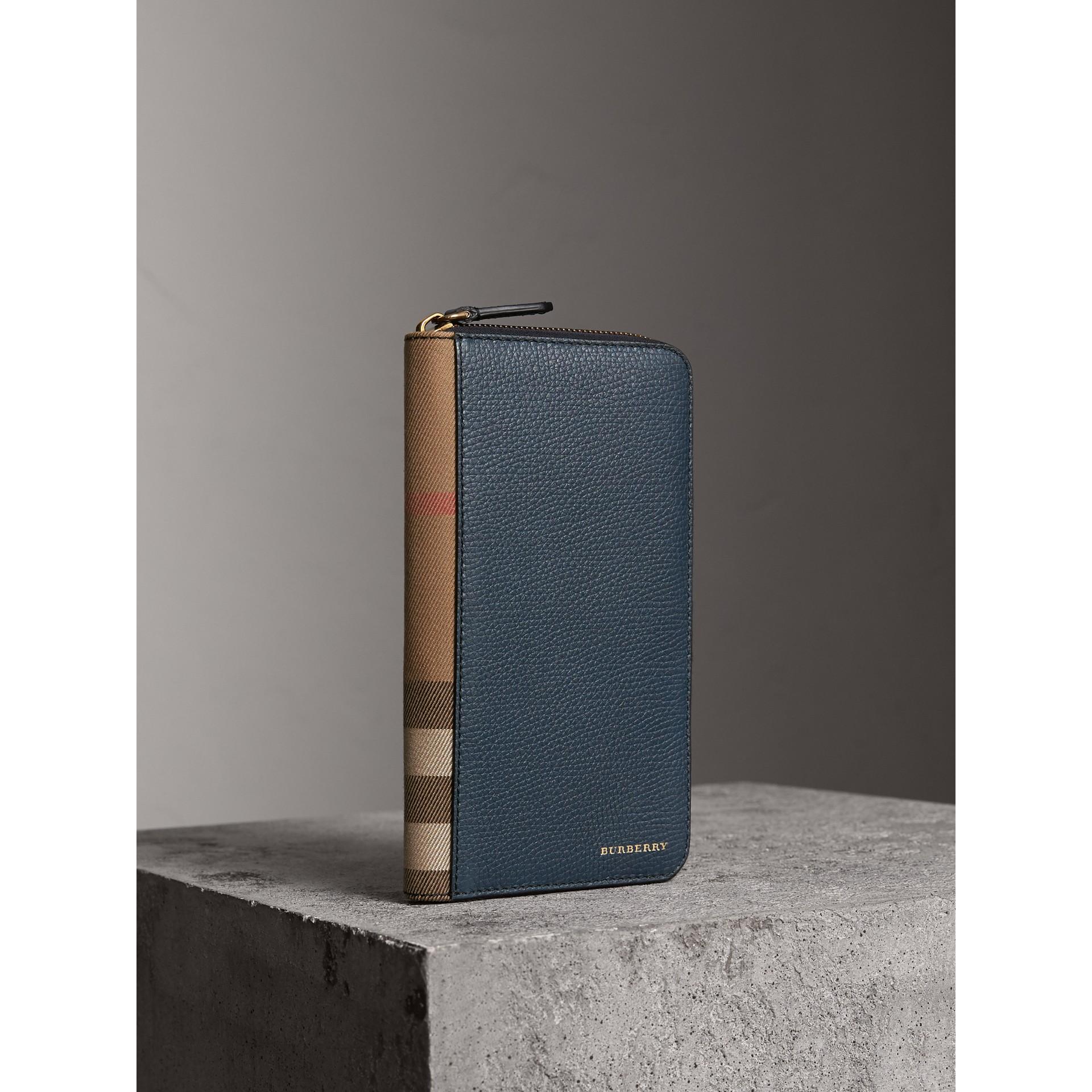 Portafoglio con cerniera su tre lati con pelle a grana e motivo House check (Blu Tempesta) | Burberry - immagine della galleria 0