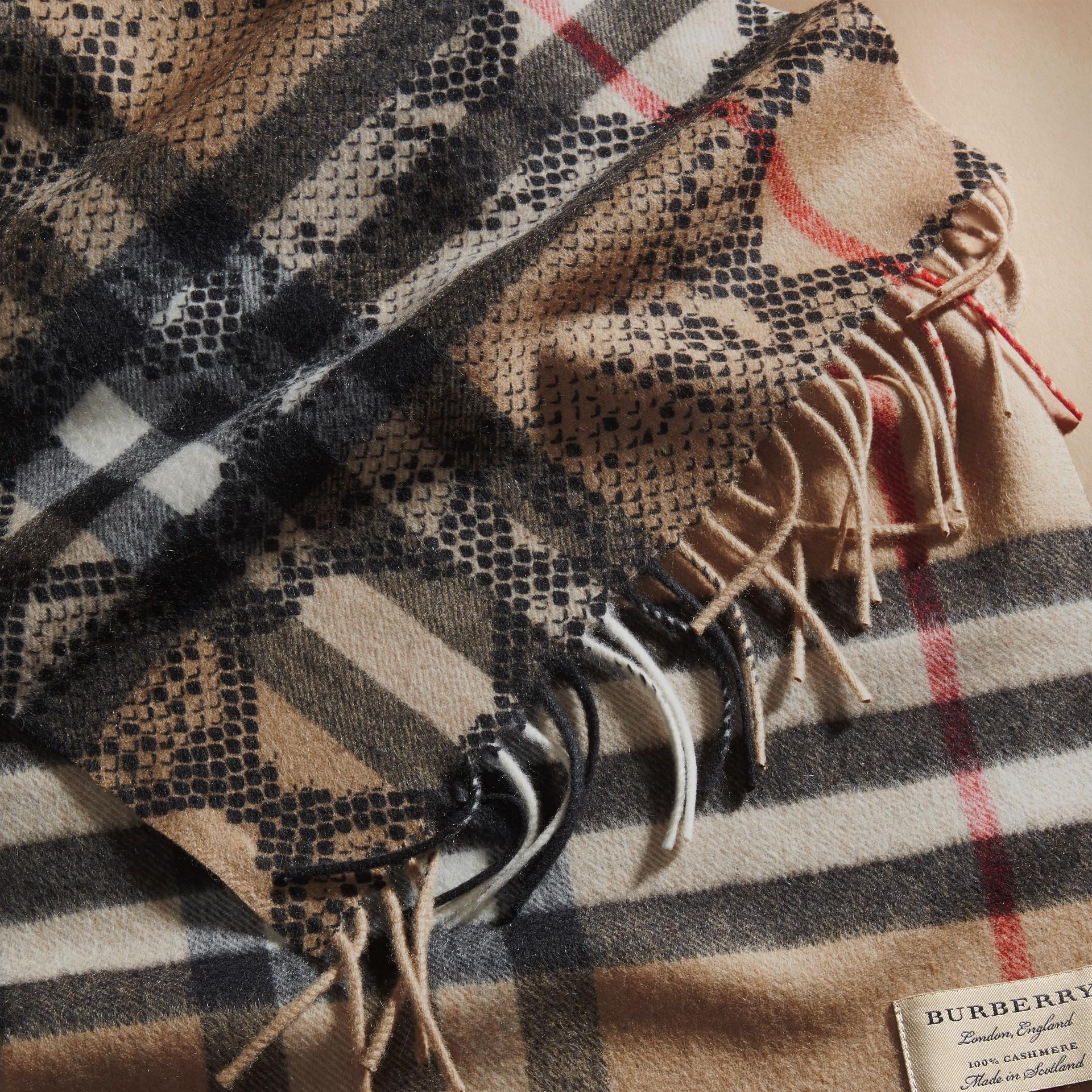 Camel/noir L'écharpe classique en cachemire à motif check et imprimé python - photo de la galerie 5