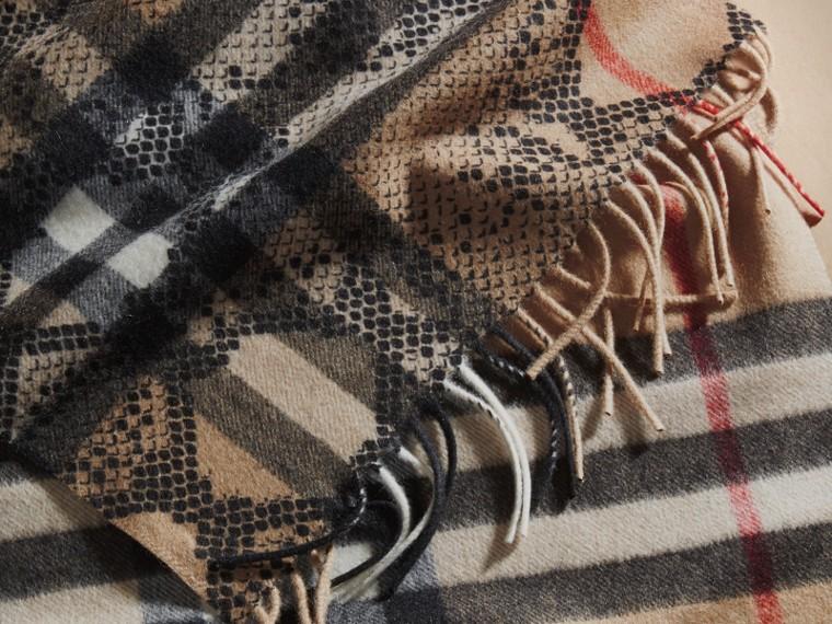 Camel/noir L'écharpe classique en cachemire à motif check et imprimé python - cell image 4
