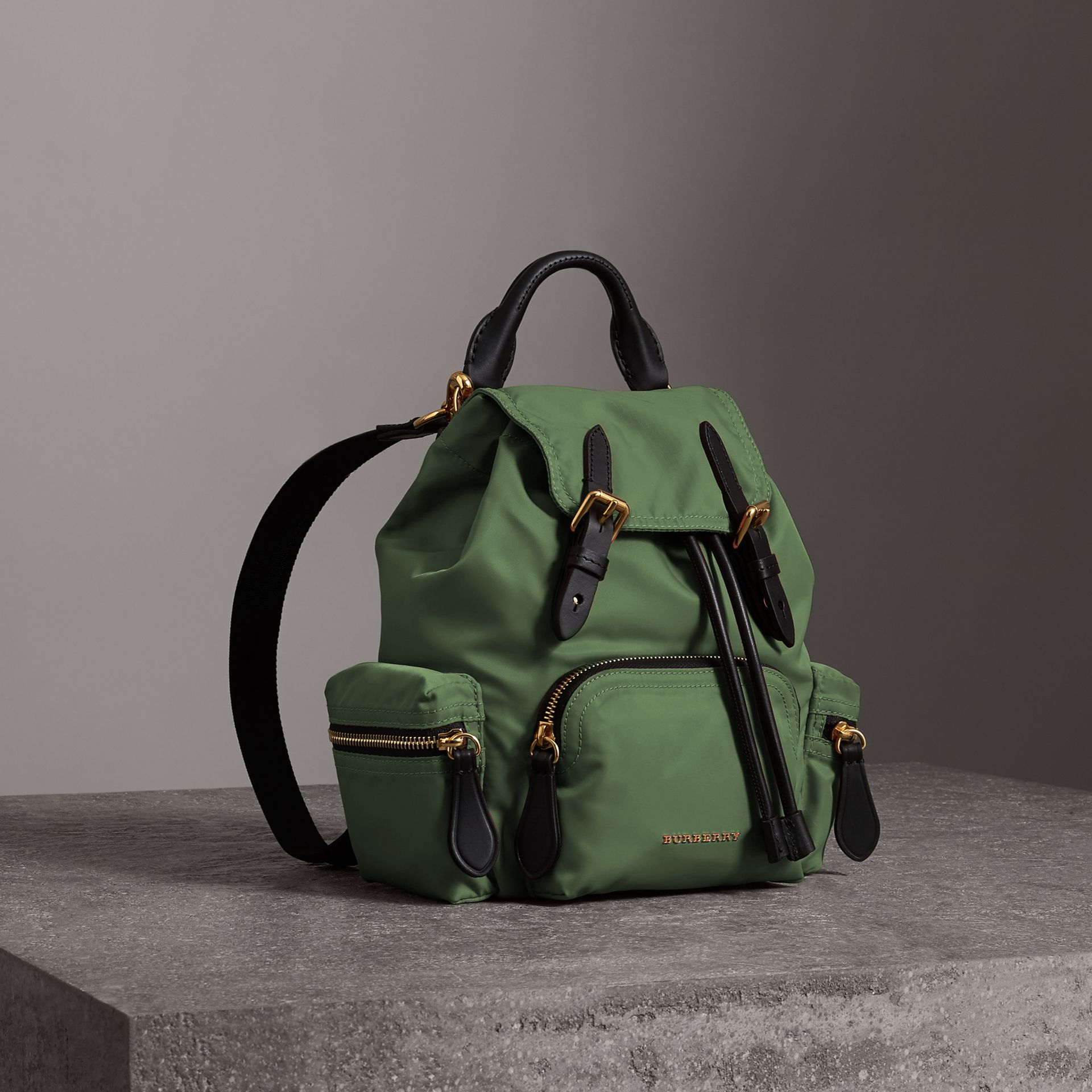 Petit sac The Rucksack à bandoulière en nylon (Vert Racing) - Femme | Burberry - photo de la galerie 0