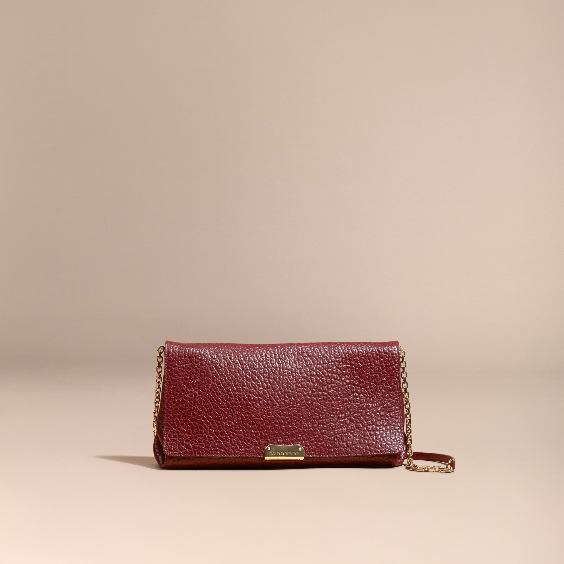 Rouge intense Clutch medium en cuir grené emblématique - photo de la galerie 8