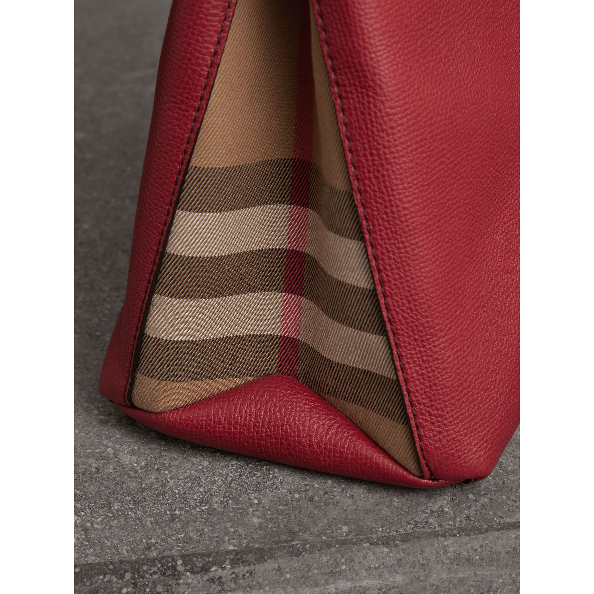 The Banner media in pelle con motivo House check (Rosso Bruno) - Donna | Burberry - immagine della galleria 1