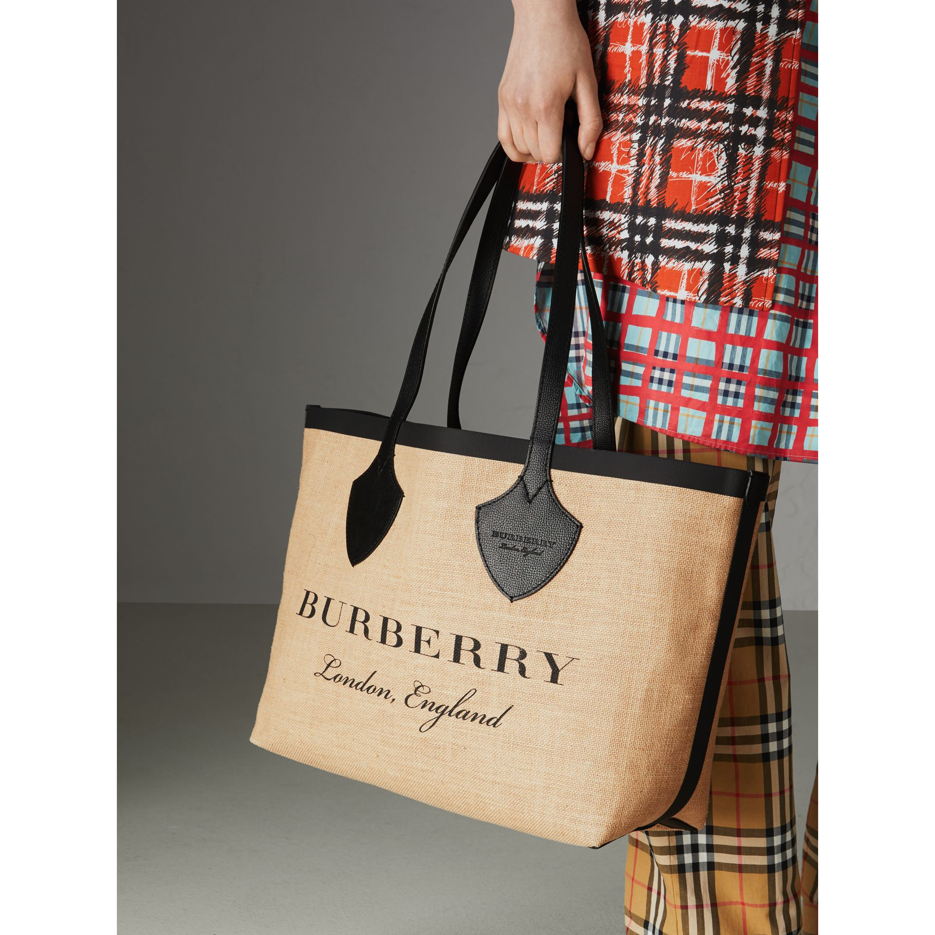 Borsa tote The Giant media in iuta con stampa grafica (Nero) - Donna | Burberry - immagine della galleria 6