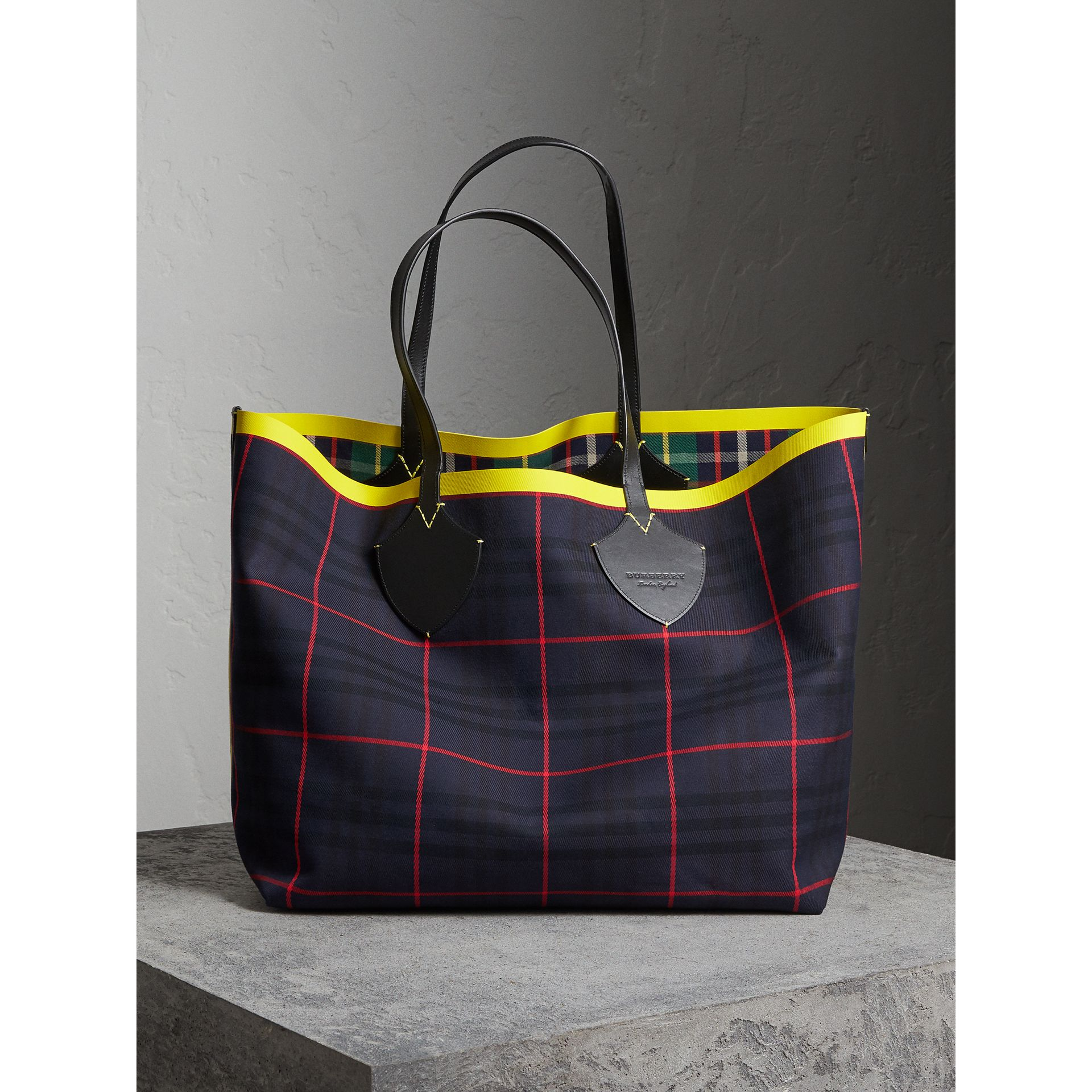 The Giant Reversible Tote in Tartan Cotton in Forest Green/deep Navy | Burberry Singapore - gallery image 4
