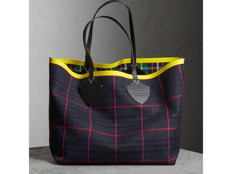 The Giant Reversible Tote in Tartan Cotton in Forest Green/deep Navy | Burberry Australia - cell image 4